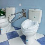 Accesorios para ayudar a personas con movilidad reducida en baños