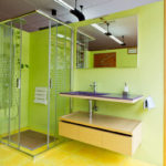 Mampara de baño y lavabo