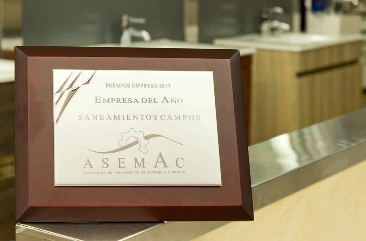 Placa del Premio de Asemac a Saneamientos Campos
