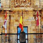 Banderas en balcón de Ayuntamiento